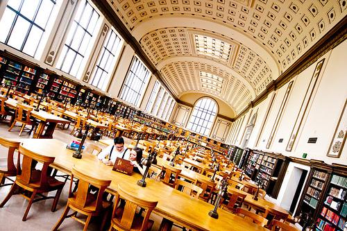 نمایی از کتابخانه دانشگاه بروکلی کالیفرنیا